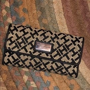 5/$25✨Tommy Hilfiger Black & Cream Trifold Wallet